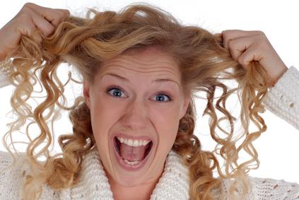 Donna che urla con mani nei capelli